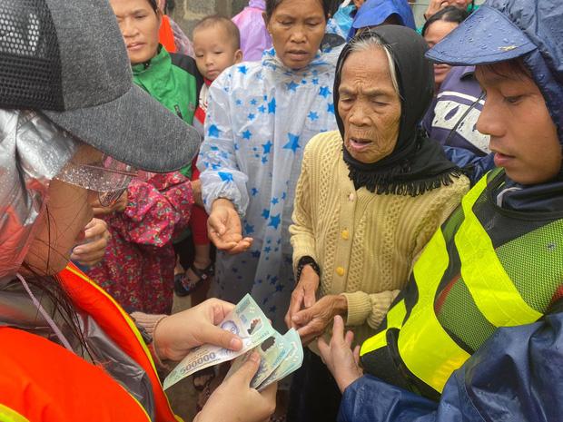 """Người vợ giấu chồng ủng hộ 1,5 tỷ giúp đỡ bà con miền Trung: """"Mình phá sổ tiết kiệm đi mua đồ đạc trong 1 ngày, chuẩn bị rồi đi luôn"""" - Ảnh 6."""