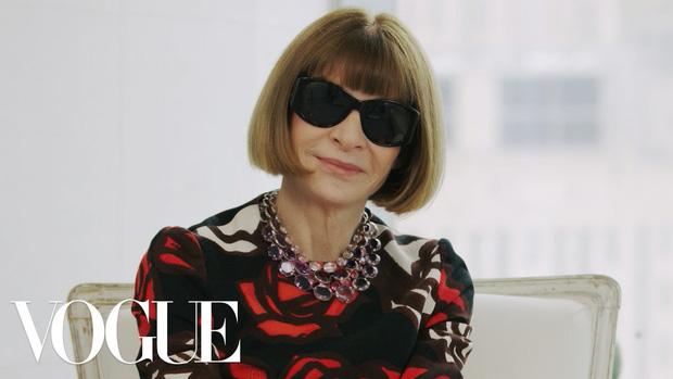 Bà hoàng Vogue: Nữ vương cai trị làng thời trang thế giới với những mật mã thép và bí ẩn phía sau mái tóc kinh điển không đổi hơn 50 năm - Ảnh 1.