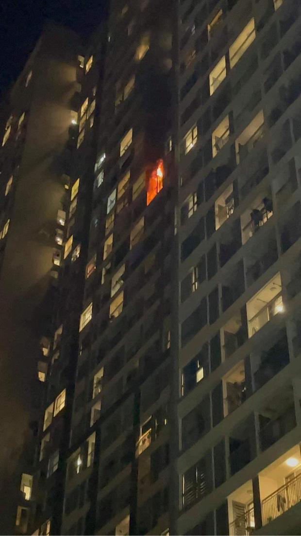 Hà Nội: Cháy ban công căn hộ tầng 19 chung cư trong đêm, nghi xuất phát từ cục nóng điều hoà - Ảnh 1.