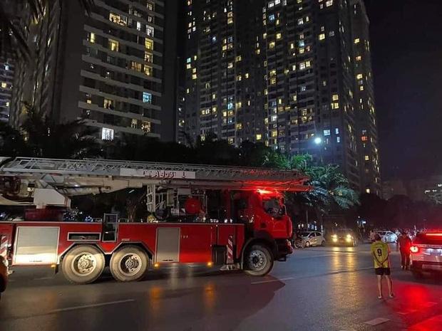 Hà Nội: Cháy ban công căn hộ tầng 19 chung cư trong đêm, nghi xuất phát từ cục nóng điều hoà - Ảnh 2.