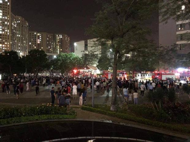 Hà Nội: Cháy ban công căn hộ tầng 19 chung cư trong đêm, nghi xuất phát từ cục nóng điều hoà - Ảnh 3.