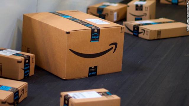 Vị khách đầu tiên của Amazon: Bỏ 27,95 USD mua sách, tên được đặt cho cả một tòa nhà của tập đoàn để 'tri ân'  - Ảnh 1.