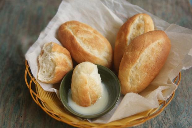 Bánh mì chấm sữa - món ăn sáng của người Việt đang gây sốt cộng đồng quốc tế: Ăn thế nào mới thực sự đạt chuẩn? - Ảnh 1.