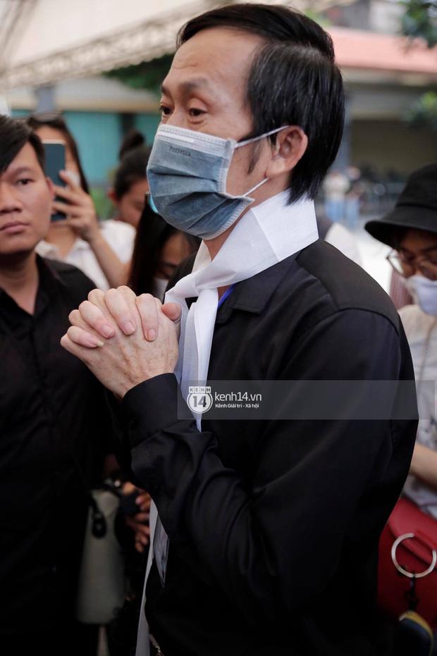 Rơi nước mắt với câu nói của NS Hoài Linh tại tang lễ cố NS Chí Tài: Bây giờ chẳng còn ai cô độc hơn anh đâu  - Ảnh 1.