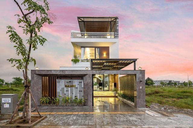 Chuyển về Đà Nẵng sống, chồng mua mảnh đất 180m2 và xây tặng vợ ngôi nhà đẹp như resort - Ảnh 1.