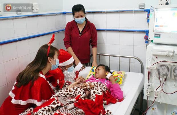 Nghẹn lòng những lá thư gửi ông già Noel ở bệnh viện nhi: Cầu mong ông ban phép màu cho con hết bệnh về với gia đình - Ảnh 1.