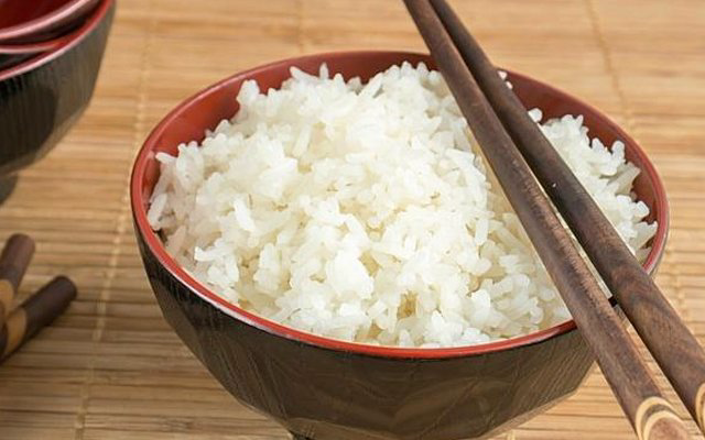 Bác sĩ dinh dưỡng: 4 sai lầm khi nấu và ăn cơm của người Việt khiến cơm mất chất, tăng nguy cơ mắc bệnh - Ảnh 1.
