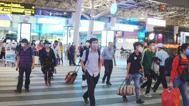Sân bay Tân Sơn Nhất thắt chặt phòng dịch Covid-19: Khách được đo thân nhiệt, bắt buộc đeo khẩu trang - Ảnh 2.