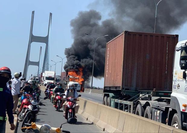 TP.HCM: Xe container bốc cháy ngùn ngụt trên cầu Phú Mỹ, phong toả đường để dập lửa - Ảnh 1.