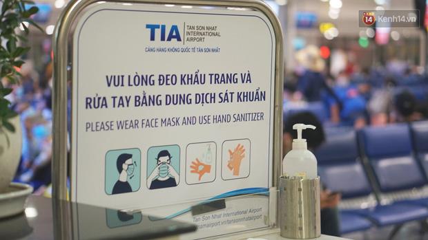 Sân bay Tân Sơn Nhất thắt chặt phòng dịch Covid-19: Khách được đo thân nhiệt, bắt buộc đeo khẩu trang - Ảnh 11.