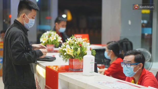 Sân bay Tân Sơn Nhất thắt chặt phòng dịch Covid-19: Khách được đo thân nhiệt, bắt buộc đeo khẩu trang - Ảnh 12.