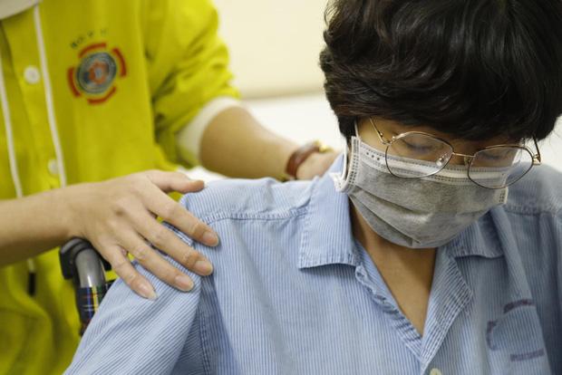 Nữ họa sĩ trẻ ở Hà Nội mắc ung thư, mổ sinh con trong tư thế ngồi: Có con em mới có nghị lực để sống và chữa bệnh - Ảnh 3.