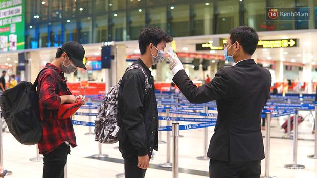 Sân bay Tân Sơn Nhất thắt chặt phòng dịch Covid-19: Khách được đo thân nhiệt, bắt buộc đeo khẩu trang - Ảnh 3.