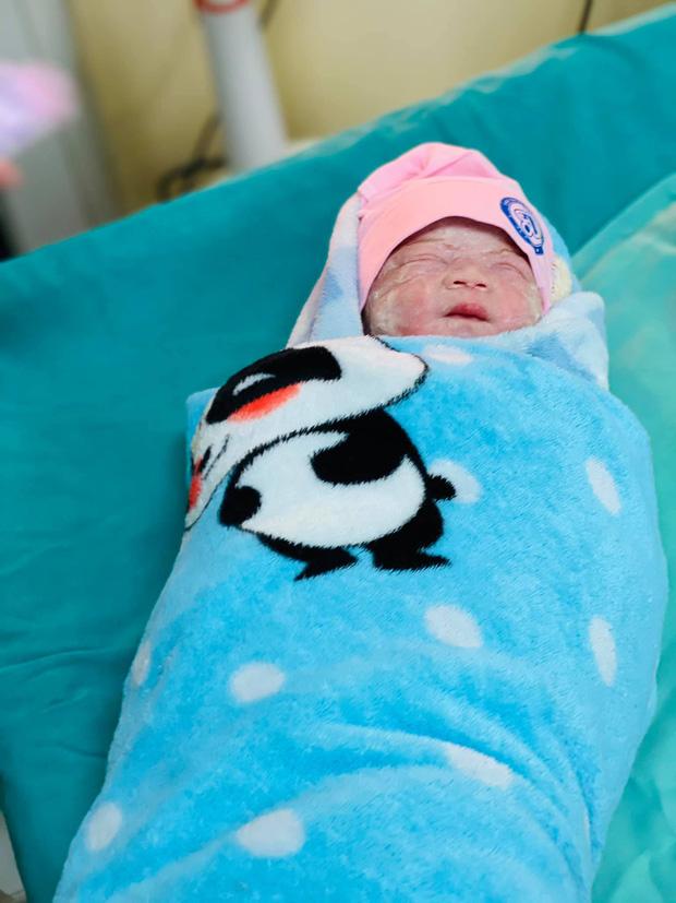 Nữ họa sĩ trẻ ở Hà Nội mắc ung thư, mổ sinh con trong tư thế ngồi: Có con em mới có nghị lực để sống và chữa bệnh - Ảnh 6.