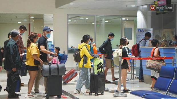 Sân bay Tân Sơn Nhất thắt chặt phòng dịch Covid-19: Khách được đo thân nhiệt, bắt buộc đeo khẩu trang - Ảnh 6.