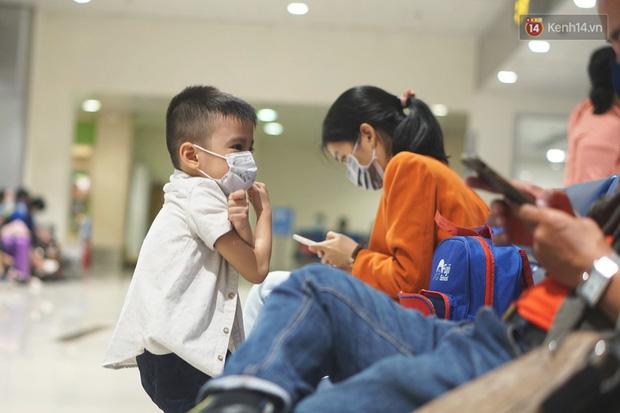 Sân bay Tân Sơn Nhất thắt chặt phòng dịch Covid-19: Khách được đo thân nhiệt, bắt buộc đeo khẩu trang - Ảnh 7.