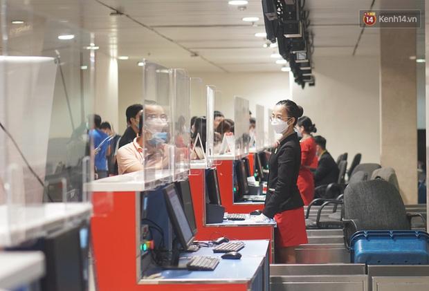 Sân bay Tân Sơn Nhất thắt chặt phòng dịch Covid-19: Khách được đo thân nhiệt, bắt buộc đeo khẩu trang - Ảnh 10.