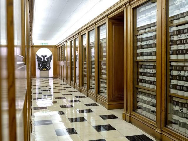 Câu chuyện về đế chế ngân hàng Anh lâu đời hơn cả gia tộc Rothschilds: Không nhận ít hơn 7 triệu USD, muốn gửi tiền phải qua được vòng phỏng vấn  - Ảnh 1.