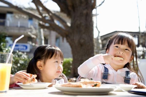 Con gái 10 tuổi đã mắc ung thư ruột, mẹ ân hận khi bác sĩ nói nguyên nhân gây bệnh đến từ kiểu ăn sáng tai hại này - Ảnh 2.