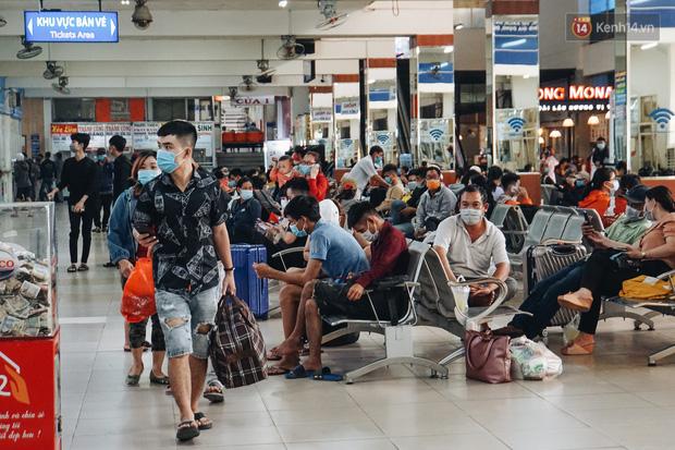 Nhiều sinh viên ở Sài Gòn tranh thủ về quê vì được nghỉ học, bến xe miền Đông tái kích hoạt phòng chống dịch Covid-19 - Ảnh 2.
