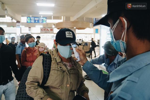 Nhiều sinh viên ở Sài Gòn tranh thủ về quê vì được nghỉ học, bến xe miền Đông tái kích hoạt phòng chống dịch Covid-19 - Ảnh 12.