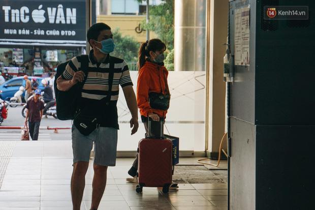 Nhiều sinh viên ở Sài Gòn tranh thủ về quê vì được nghỉ học, bến xe miền Đông tái kích hoạt phòng chống dịch Covid-19 - Ảnh 7.