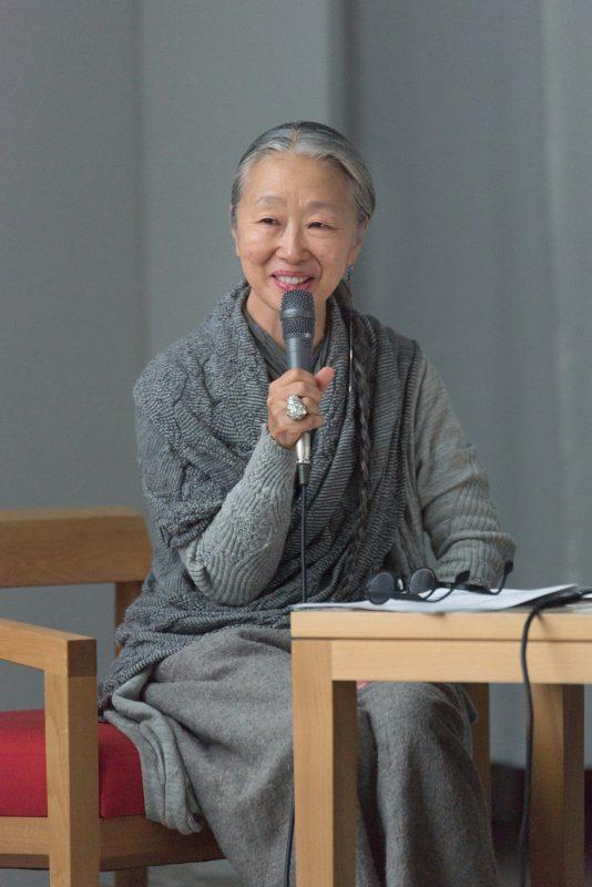 """Nữ nhiếp ảnh gia 65 tuổi người Nhật vào rừng xây nhà, ở một mình, chơi với mèo: """"Phụ nữ phải tự lập, sống cho bản thân chính là sự nghiệp cả đời""""!  - Ảnh 1."""