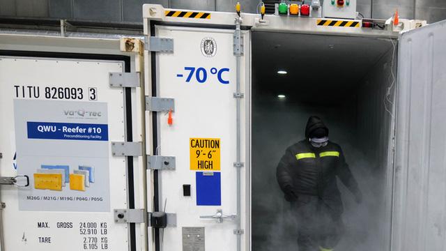 Vắc-xin COVID-19 cần bảo quản ở âm 70 độ C, làm sao để thế giới có đủ tủ lạnh?  - Ảnh 1.