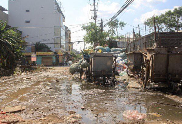 Hàng loạt bãi rác tự phát gây ô nhiễm đường phố Hà Nội - Ảnh 15.