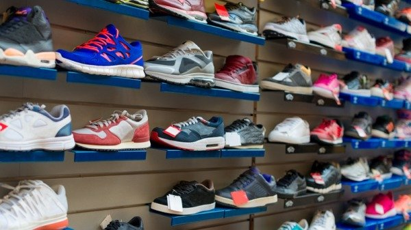 Tặng đi chỉ 1 chiếc giày, chủ tiệm giày góp phần giúp cậu bé nghèo trở thành người nổi tiếng khắp thế giới - Ảnh 1.