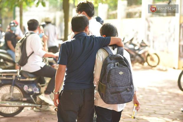 Những khoảnh khắc cảm xúc nhất kỳ thi THPT Quốc gia: Khi đứa con bé bỏng của bố mẹ sắp bước vào đại học - Ảnh 14.