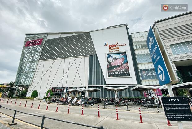 Chùm ảnh: Trung tâm Aeon Mall Bình Tân vắng tanh, đìu hiu chưa từng có giữa dịch Covid-19 - Ảnh 1.