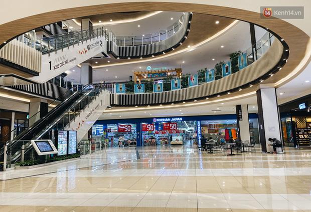 Chùm ảnh: Trung tâm Aeon Mall Bình Tân vắng tanh, đìu hiu chưa từng có giữa dịch Covid-19 - Ảnh 2.