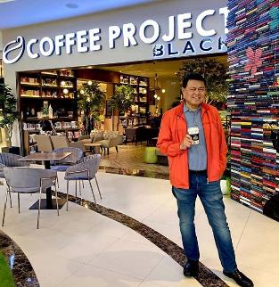 Cậu bé bán cá trở thành tỷ phú giàu nhất Philippines: Vẫn lái chiếc Toyota đời cũ, xây cả nghìn ngôi nhà nhưng không có văn phòng làm việc - Ảnh 2.