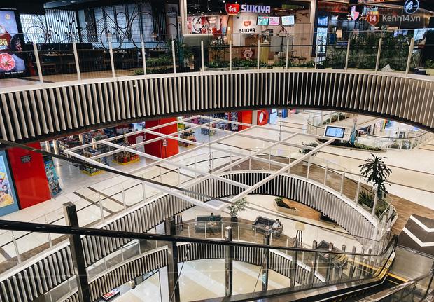 Chùm ảnh: Trung tâm Aeon Mall Bình Tân vắng tanh, đìu hiu chưa từng có giữa dịch Covid-19 - Ảnh 17.