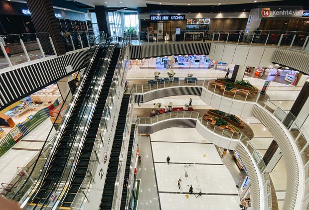Chùm ảnh: Trung tâm Aeon Mall Bình Tân vắng tanh, đìu hiu chưa từng có giữa dịch Covid-19 - Ảnh 18.