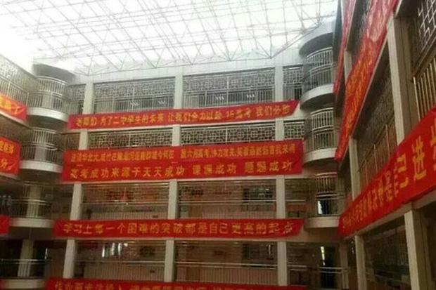 Bên trong trường chuyên khắc nghiệt hàng đầu Trung Quốc: Học 15 tiếng/ngày, phải xây rào chắn ngăn học sinh tự tử - Ảnh 5.