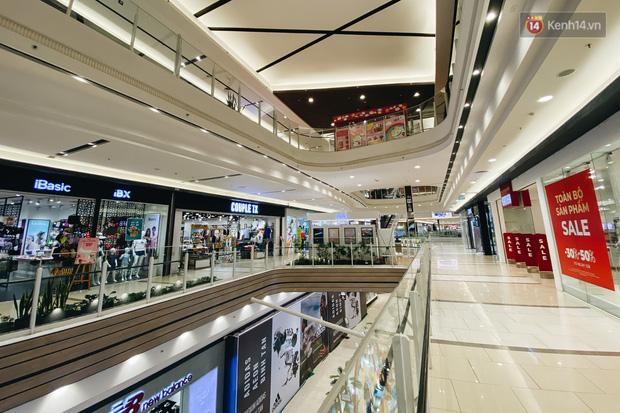 Chùm ảnh: Trung tâm Aeon Mall Bình Tân vắng tanh, đìu hiu chưa từng có giữa dịch Covid-19 - Ảnh 7.