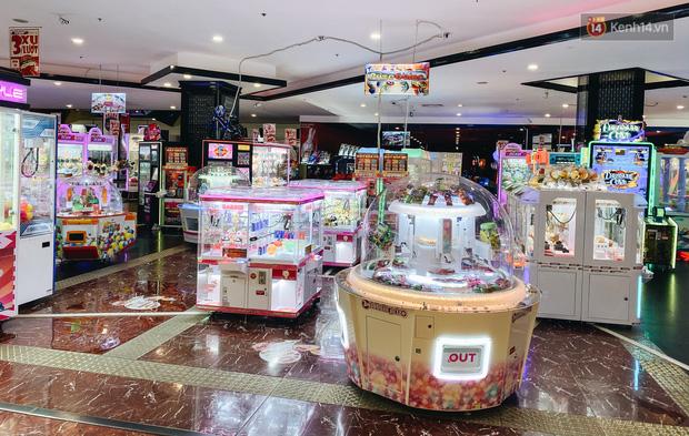 Chùm ảnh: Trung tâm Aeon Mall Bình Tân vắng tanh, đìu hiu chưa từng có giữa dịch Covid-19 - Ảnh 10.