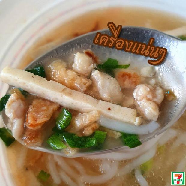 Lại thêm 1 món Việt được bán ở 7-Eleven Thái Lan nhưng nhìn hình thì không biết nên gọi là bún hay bánh canh - Ảnh 6.