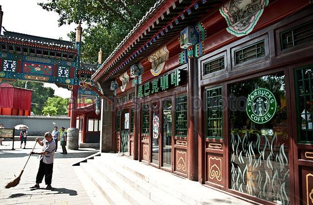 Cửa hàng Starbucks tại xứ siêu giàu gây bất ngờ với mái lá, tường nứt cũ kỹ như kiểu nhà đất Việt Nam - Ảnh 14.