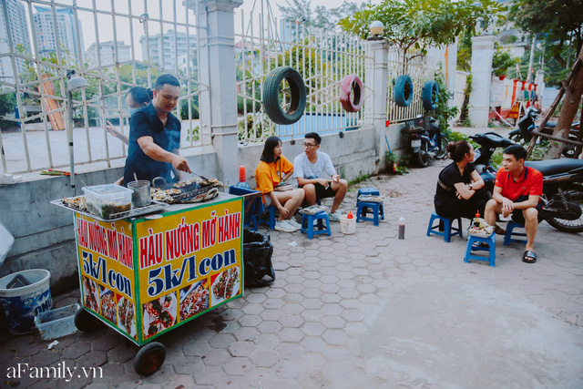Hàu nướng 5k đổ bộ vào khắp nơi tại Hà Nội, chủ cửa hàng bán mỏi tay, thực khách kéo đến ầm ầm vì được ăn đặc sản ở... hè phố - Ảnh 1.