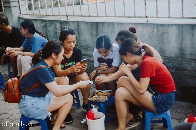 Hàu nướng 5k đổ bộ vào khắp nơi tại Hà Nội, chủ cửa hàng bán mỏi tay, thực khách kéo đến ầm ầm vì được ăn đặc sản ở... hè phố - Ảnh 2.