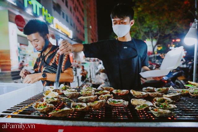 Hàu nướng 5k đổ bộ vào khắp nơi tại Hà Nội, chủ cửa hàng bán mỏi tay, thực khách kéo đến ầm ầm vì được ăn đặc sản ở... hè phố - Ảnh 11.