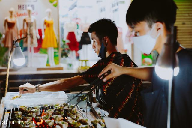 Hàu nướng 5k đổ bộ vào khắp nơi tại Hà Nội, chủ cửa hàng bán mỏi tay, thực khách kéo đến ầm ầm vì được ăn đặc sản ở... hè phố - Ảnh 14.