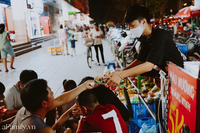 Hàu nướng 5k đổ bộ vào khắp nơi tại Hà Nội, chủ cửa hàng bán mỏi tay, thực khách kéo đến ầm ầm vì được ăn đặc sản ở... hè phố - Ảnh 15.