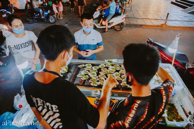 Hàu nướng 5k đổ bộ vào khắp nơi tại Hà Nội, chủ cửa hàng bán mỏi tay, thực khách kéo đến ầm ầm vì được ăn đặc sản ở... hè phố - Ảnh 16.