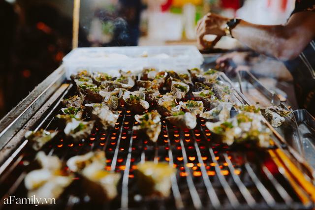 Hàu nướng 5k đổ bộ vào khắp nơi tại Hà Nội, chủ cửa hàng bán mỏi tay, thực khách kéo đến ầm ầm vì được ăn đặc sản ở... hè phố - Ảnh 17.