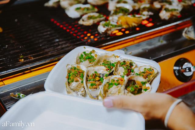 Hàu nướng 5k đổ bộ vào khắp nơi tại Hà Nội, chủ cửa hàng bán mỏi tay, thực khách kéo đến ầm ầm vì được ăn đặc sản ở... hè phố - Ảnh 18.