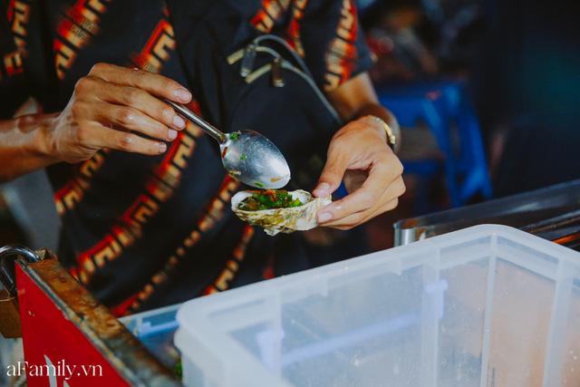 Hàu nướng 5k đổ bộ vào khắp nơi tại Hà Nội, chủ cửa hàng bán mỏi tay, thực khách kéo đến ầm ầm vì được ăn đặc sản ở... hè phố - Ảnh 19.